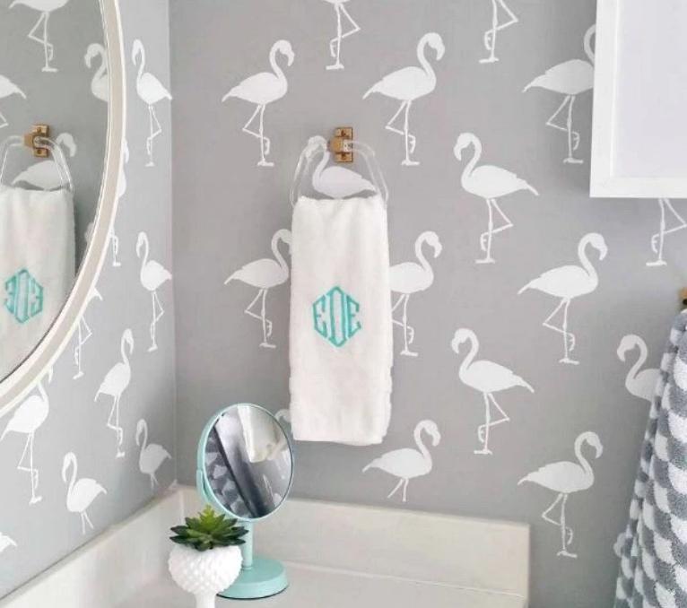 Декор стены с помощью многоразового трафарета фламинго фото
