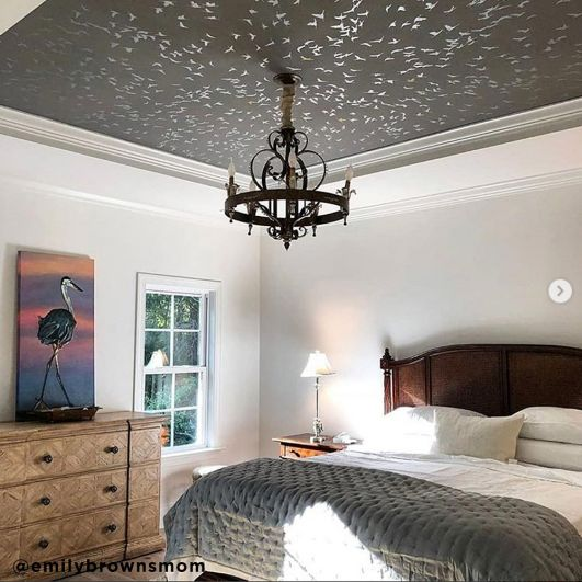 Декор потолка с помощью многоразового трафарета птицы фото