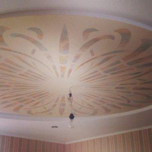 Декор потолка с помощью клеевого трафарета