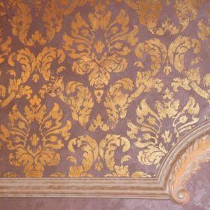 Декор стены золотой поталью с помощью клеевого трафарета