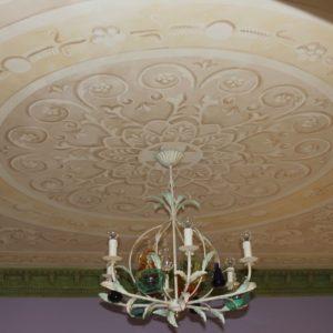 Роспись потолка с помощью клеевого трафарета