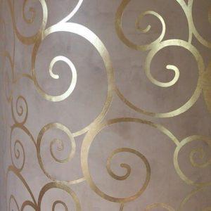 Декор стены поталью золотой с помощью клеевого трафарета