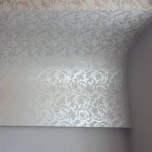 Декор стены с помощью клеевого трафарета цветы фото