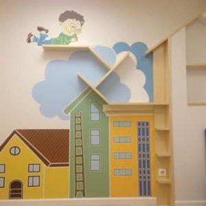 Декор стены в детской комнате с помощью клеевого трафарета фото