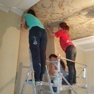 Декор потолка с помощью клеевого трафарета фото