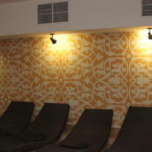 Декор стены с помощью клеевого трафарета